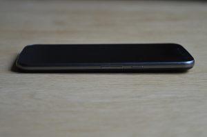 Pravý bok telefonu Lenovo Moto G4
