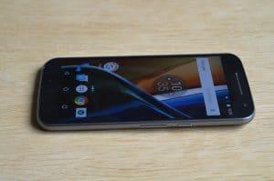Displej telefonu Moto G4 z boku