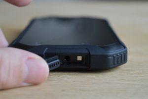 iGet Blackview BV6000 horní strana otevřená krytka