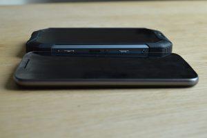 iGet Blackview BV6000 a Moto G4 porovnání tloušťky