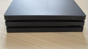 PS4 Pro - čelní pohled