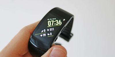 Recenze fitness náramku Samsung Gear Fit2 Pro