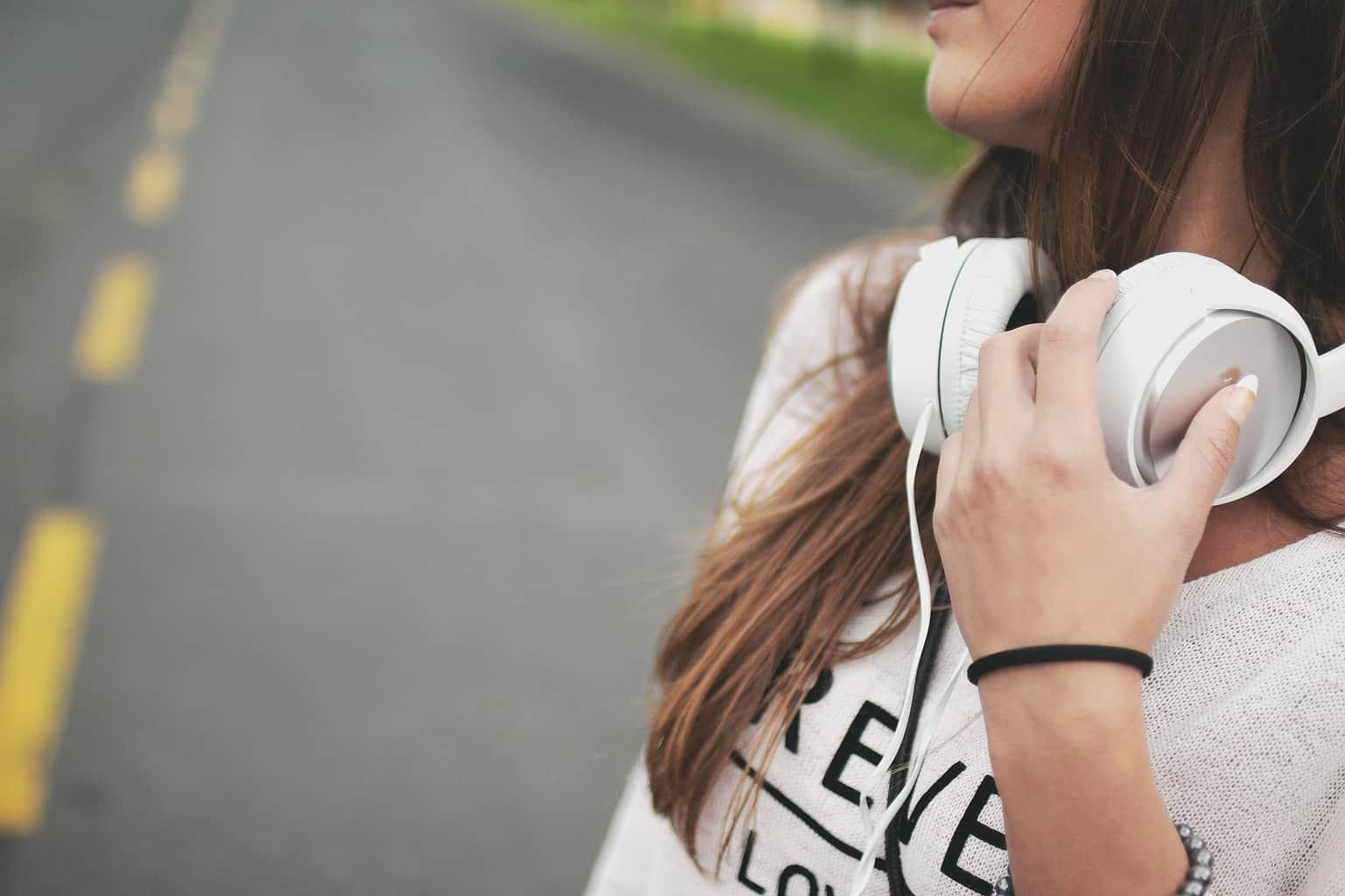 sportovní sluchátka bezdrátová nebo kabelová
