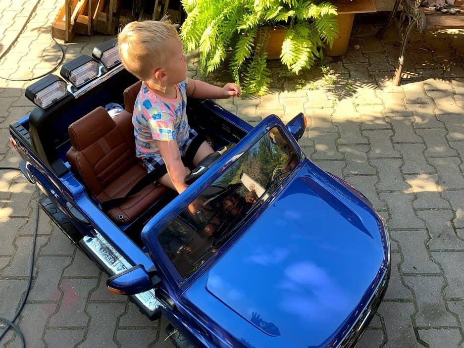 rady, jak vybrat elektrické auto pro děti