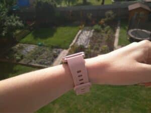 chytré hodinky HONOR Watch ES na dámské ruce