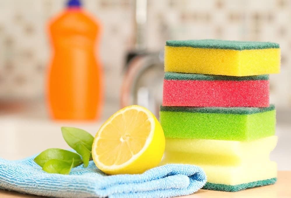 Citron a voda pro čištění hrnce